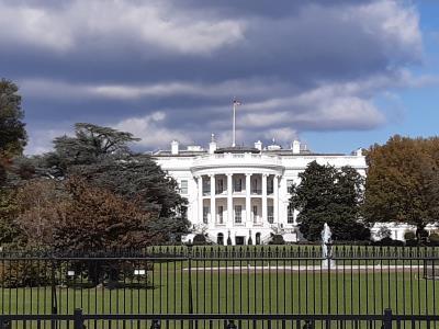 Samen met nog een handjevol toeristen (ik had dit echt veel drukker verwacht) The White House op gepaste afstand.