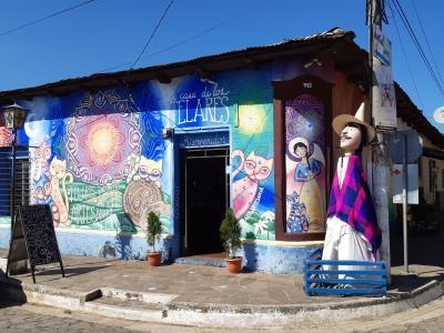 Door de kleurrijke straten van de stadjes Apaneca en Ataco lopen. Weinig volk op straat, wel verrassend.
