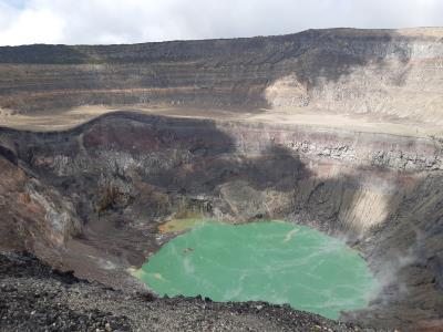 En weer eens een dagje flink klimmen. Vanaf 1500m. naar 2200m. de vulkaan op met een gifgroene lagune.