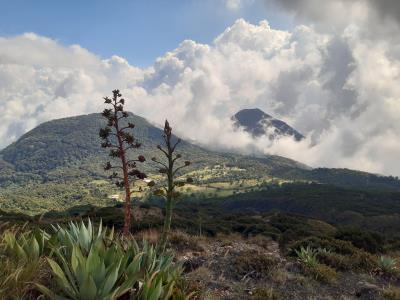 Uitzicht vanaf de ene vulkaan op de andere(n)