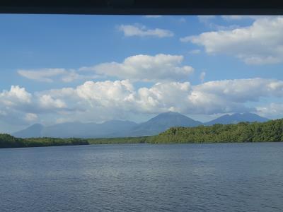 Blik op de 3 grote vulkanen bij Bahia de Jiquilisco tijdens een boottochtje aldaar.