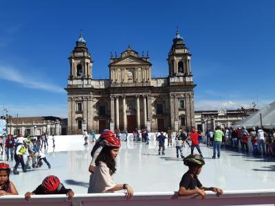 Ook in Guatemala-Stad is het kerstfeest al losgebarsten en proberen ze te schaatsen. Nou ja... aan de rand hangen op een plas water, want ijs is lastig bij 25-30 graden in het zonnetje.