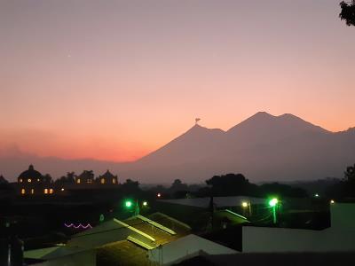 Uitzicht (rond 18:00) vanaf het dakterras van mijn hotelletje de komende tijd. Dat wolkje (in de vorm van een vlaggetje) komt van de actieve (!) vulkaan 'Fuego' hier in Antigua.