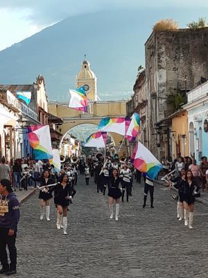 Fanfare(s) in Antigua. Zoals nu bijna iedere dag 3 (!) weken voor kerst.