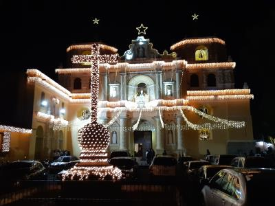 Ook 's avonds is er veel moois te zien in Antigua, zeker in de december-maand, wanneer er van alles gevierd (en versierd) wordt.