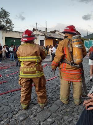 De bomberos (nou ja, een vrouwtje en mannetje in oversized brandweer-pakken) vlak voor het aansteken van de duivel.