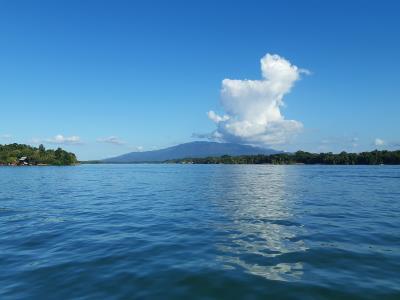 Gewoon zomaar een mooi uitzicht over het water, tijdens het boottochtje naar het hotel.