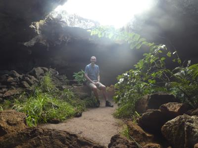Even zitten en poseren in één van de vulkanische grotten op Paaseiland.