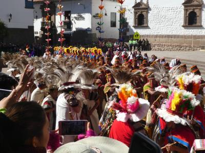 Inti Raymi 2019. Prachtplek bij Coricancha, van waaruit de bonte lange stoet, met veel muziek, voorbij trok.
