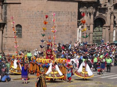 Inti Raymi bij de kerk op Plaza de Mayor. Ook hier weer de lange stoet, met veel dans en muziek.