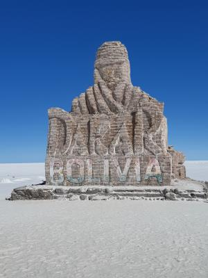 Monument (van zoutblokken) voor de Dakar, die hier in 2014 doorheen is gegaan.