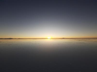 Zonsondergang op de zoutvlakte in Uyuni.