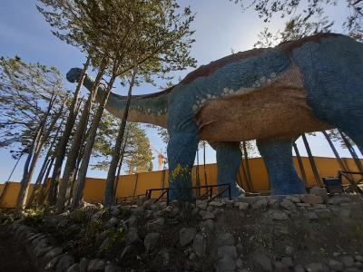 Dinopark, met de steengroeve op de achtergrond.