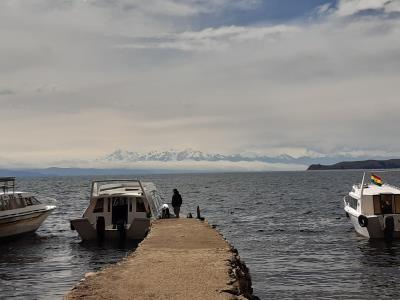 Uitzicht vanaf Isla del Sol over besneeuwde bergen (nog altijd Andes)