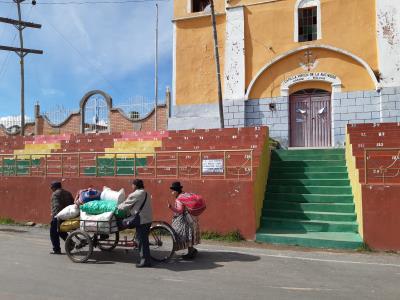 Op de grens Bolivia-Peru, kleurrijke tribune en volk.