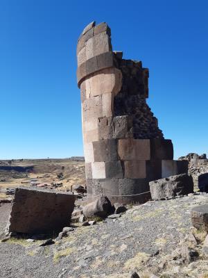 Stenen graftombe (plm. 12 meter hoog) op Sillustani.