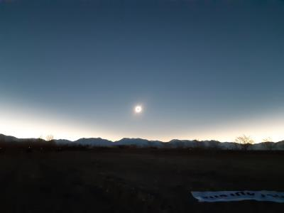 En enigszins van een afstandje. 360 graden rondom lijkt het op een zonsopkomst, met dat speciale licht.