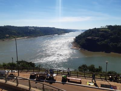 Drielandenpunt, Argentinië (voor), Paraguay (links) en Brazilië (rechts)