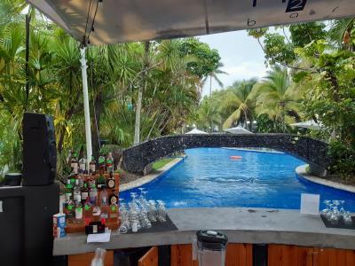 Lekker bij het zwembad in Panama. Helaas een buitje... dan maar een klein drankje doen...