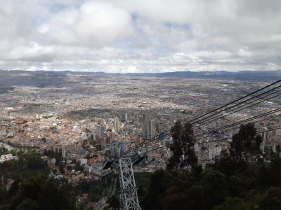 Boven Bogota, wederom met een teleferico. En een soort trammetje dit keer.