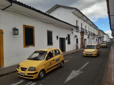 Witte huisjes van Salamino met de leuk contrasterende gele taxis.
