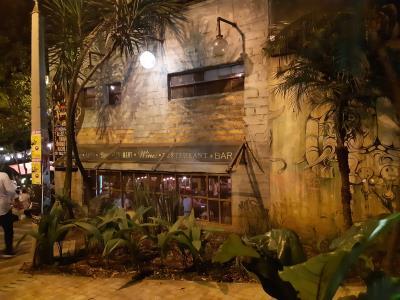 Heel klein drankje doen in de superhippe wijk in Medellin. Overigens niet in deze bar, maar er vlak naast.