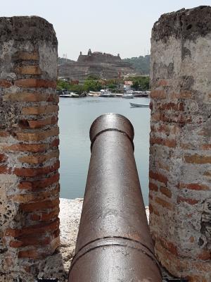 Vanaf de stadsmuren in Cartagena uitzicht op het oue fort.