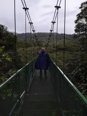 Over de 'hanging bridges' in Selvatura. En inderdaad... met een poncho aan, want het regent in dit nevelwoud.